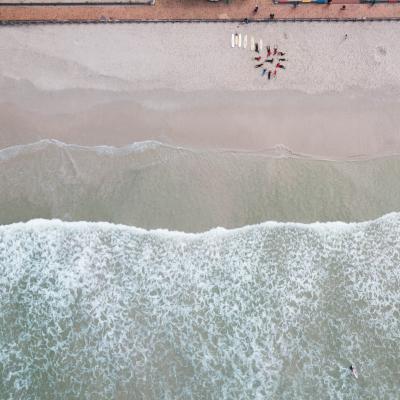 Surf project vrijwilligers werken met de lokale kinderen in Zuid-Afrika